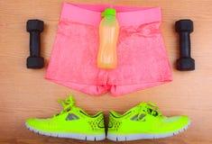 La vitesse de gymnase, les vêtements de gymnase et les sports portent le kit Photos stock