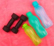 La vitesse de gymnase, les vêtements de gymnase et les sports portent le kit Photo libre de droits
