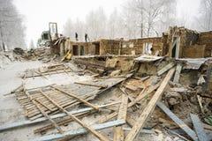 La vivienda vieja La demolición de la casa de madera Imagenes de archivo