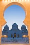 La voûte d'entrée encadre la mosquée Photo stock