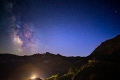 La voûte de manière laiteuse et le ciel étoilé ont capturé à la haute altitude dans l'été province sur Alpes italiens, Torino Photos stock