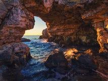 La voûte - formation de roche près de Tyulenovo Tir de lever de soleil photo libre de droits
