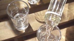 La vodka del movimento lento è versata in un vetro da una bottiglia video d archivio