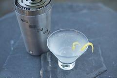 La vodka di rinfresco Martin con una torsione del limone ha creato su una sera calda dell'estate immagini stock libere da diritti