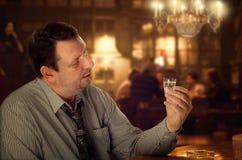 La vodka tratta la depressione per l'uomo immagini stock