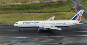 La voie aérienne soviétique de transport partent à l'aéroport de Phuket dans le jour rainny Image libre de droits