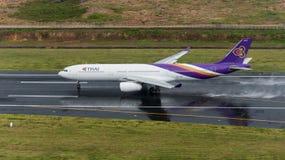 La voie aérienne thaïlandaise partent à l'aéroport de Phuket dans le jour rainny Photo libre de droits