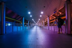 La voie au système de métro avec le ton pourpre et bleu à Bangkok, Thaïlande image libre de droits