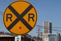 La voie ferrée dépiste le signe de croisement Photographie stock libre de droits
