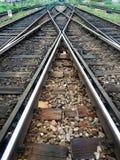 La voie ferrée multiple à entrent de la station de train photographie stock