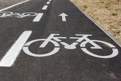 La voie pour bicyclettes avec le grand blanc a peint le signe de vélo Images stock