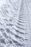 La voie roulent dedans la neige image stock