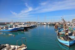 La voile blanche dans le vieux port de Jaffa Images libres de droits