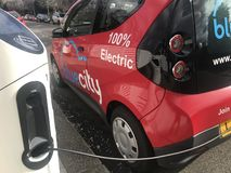 La voiture électrique de bluecity chargée dans la rue de Londres photos libres de droits