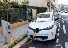 La voiture électrique de Renault Zoe s'est reliée à une station de charge Images libres de droits