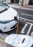La voiture électrique de Renault Zoe s'est reliée à une station de charge Photo libre de droits