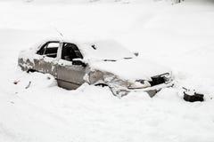 La voiture a été heurtée par une avalanche photographie stock libre de droits