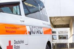 La voiture allemande de notarzt de docteur de secours se tient sur un hôpital Image libre de droits