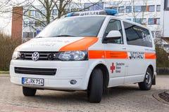 La voiture allemande de notarzt de docteur de secours se tient sur un hôpital Photo stock