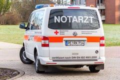 La voiture allemande de notarzt de docteur de secours se tient sur un hôpital Image stock