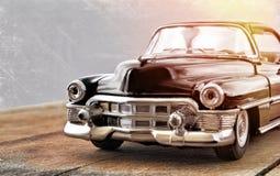 La voiture ancienne sur une surface en bois image stock