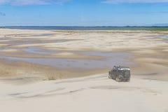 la voiture 4x4 aux dunes dans le Lagoa font le lac Peixe Images libres de droits