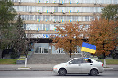 La voiture avec le drapeau ukrainien va sur la route Photographie stock libre de droits