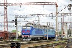 La voiture bleue électrique se tient sur des rails Photo stock
