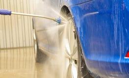 la voiture bleue de rs d'octavia de skoda buble passe photographie stock libre de droits
