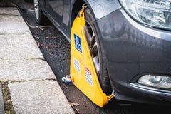 La voiture a bloqué par une bride de roue à Dublin, Irlande photographie stock