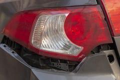 La voiture a bosselé le pare-chocs arrière endommagé après accident image libre de droits
