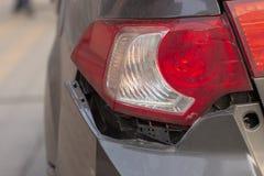 La voiture a bosselé le pare-chocs arrière endommagé après accident photo stock