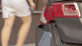 La voiture a bosselé le pare-chocs arrière endommagé après accident photos libres de droits