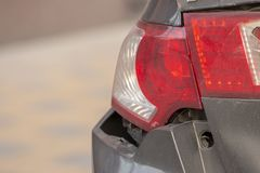 La voiture a bosselé le pare-chocs arrière endommagé après accident images libres de droits