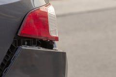 La voiture a bosselé le pare-chocs arrière endommagé après accident photographie stock
