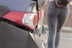 La voiture a bosselé le pare-chocs arrière endommagé après accident photos stock