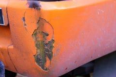 La voiture bosselée sur la surface orange images libres de droits