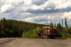La voiture chargée avec du bois est sur la route Photographie stock libre de droits