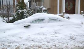La voiture complètement sous la neige après les tempêtes massives d'hiver heurte au nord-est Photos stock