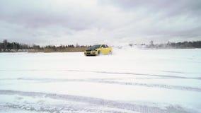 La voiture conduit par la voie glaciale sur le lac couvert par neige à l'hiver Courses d'automobiles de sport sur la voie de cour clips vidéos