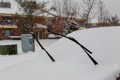 La voiture congelée a couvert la neige dans le jour d'hiver, pare-brise de fenêtre avant de vue Image libre de droits