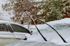 La voiture congelée a couvert la neige au jour d'hiver, foyer sélectif de pare-brise de fenêtre avant de vue Photo stock