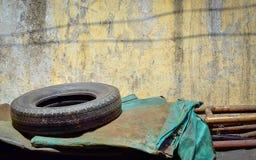 La voiture d'occasion fatigue avec le vieux mur criqué de peinture Image stock