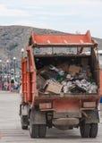 La voiture de déchets descend la rue images libres de droits