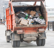 La voiture de déchets descend la rue images stock