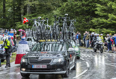 La voiture de l'équipe d'emballage d'usine de voyage - Tour de France 2014 Photographie stock libre de droits