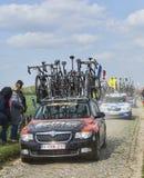 La voiture de l'équipe d'emballage de BMC sur les routes du recyclage de Paris Roubaix Photographie stock libre de droits
