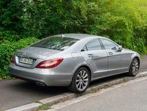 La voiture de luxe du Mercedes-benz CLS a garé dans la ville allemande Image libre de droits