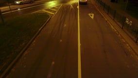 La voiture de police chasse un criminel dans une ville de nuit banque de vidéos