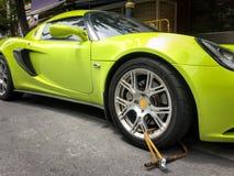 La voiture de sport a été roue-à l'etroit en raison du stationnement illégal Photo libre de droits